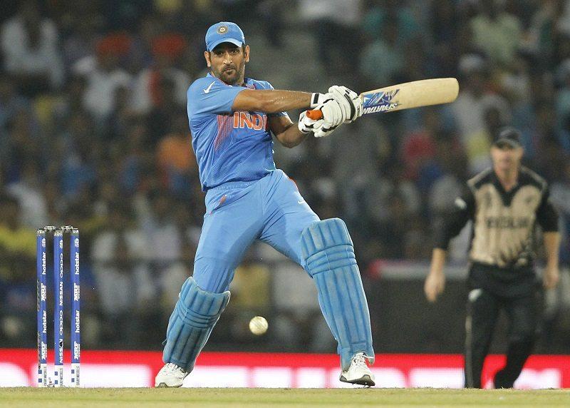 Cricket - New Zealand v India - World Twenty20 cricket tournament - Nagpur, India, 15/03/2016. India's captain Mahendra Singh Dhoni plays a shot. REUTERS/Danish Siddiqui - RTSAKAY