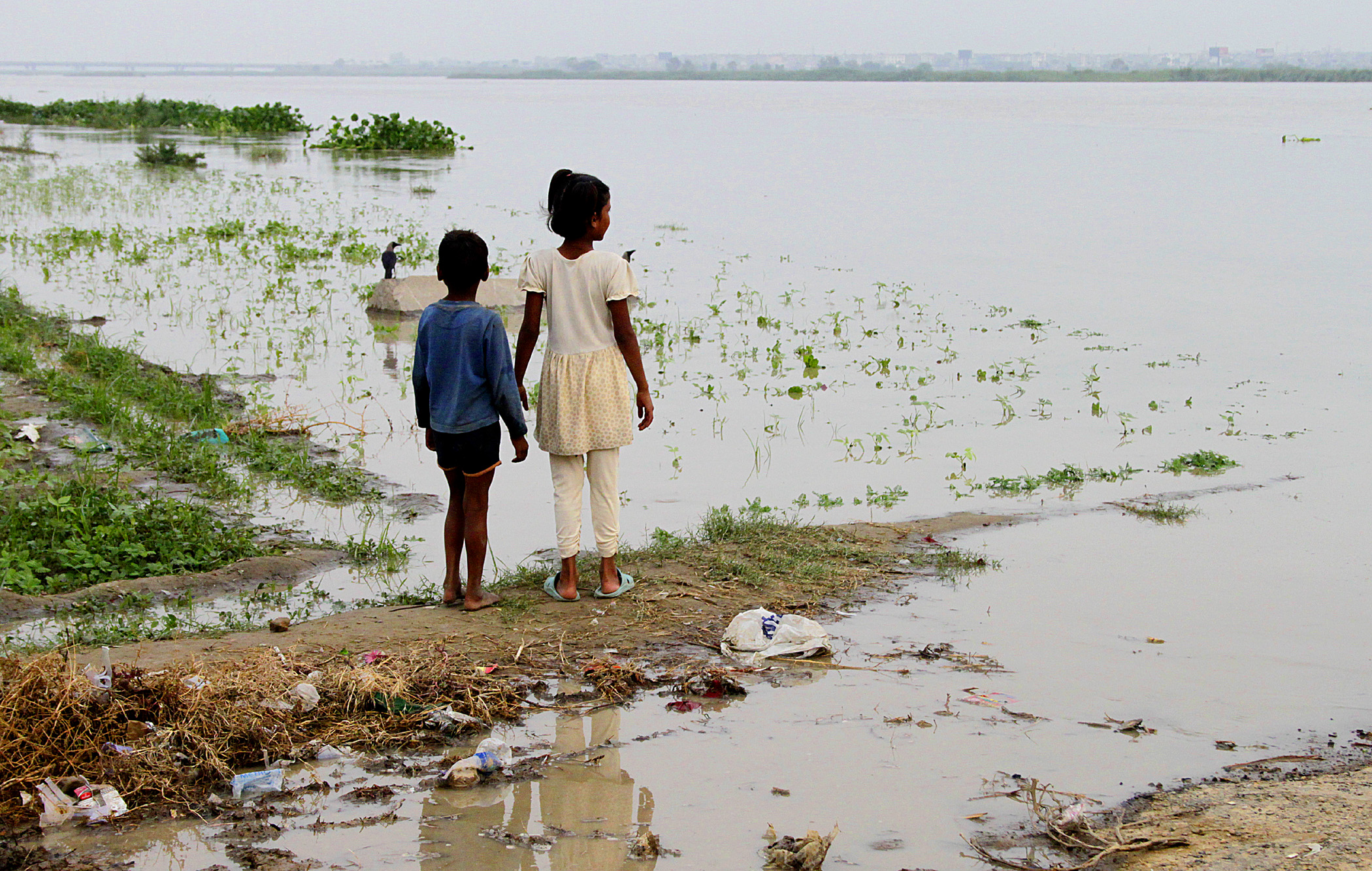 Children watching flooded Yamuna river
