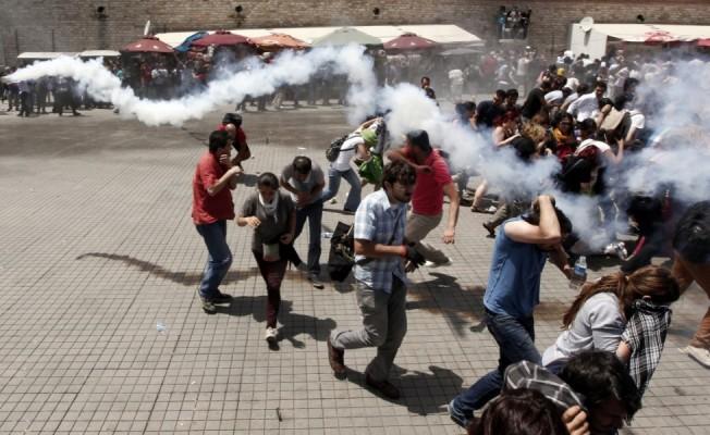 dei-manifestanti-cercano-riparo-da-un-attacco-della-polizia-antisommossaorig_main