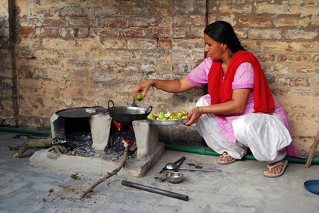 Punjabi_woman_in_kitchen