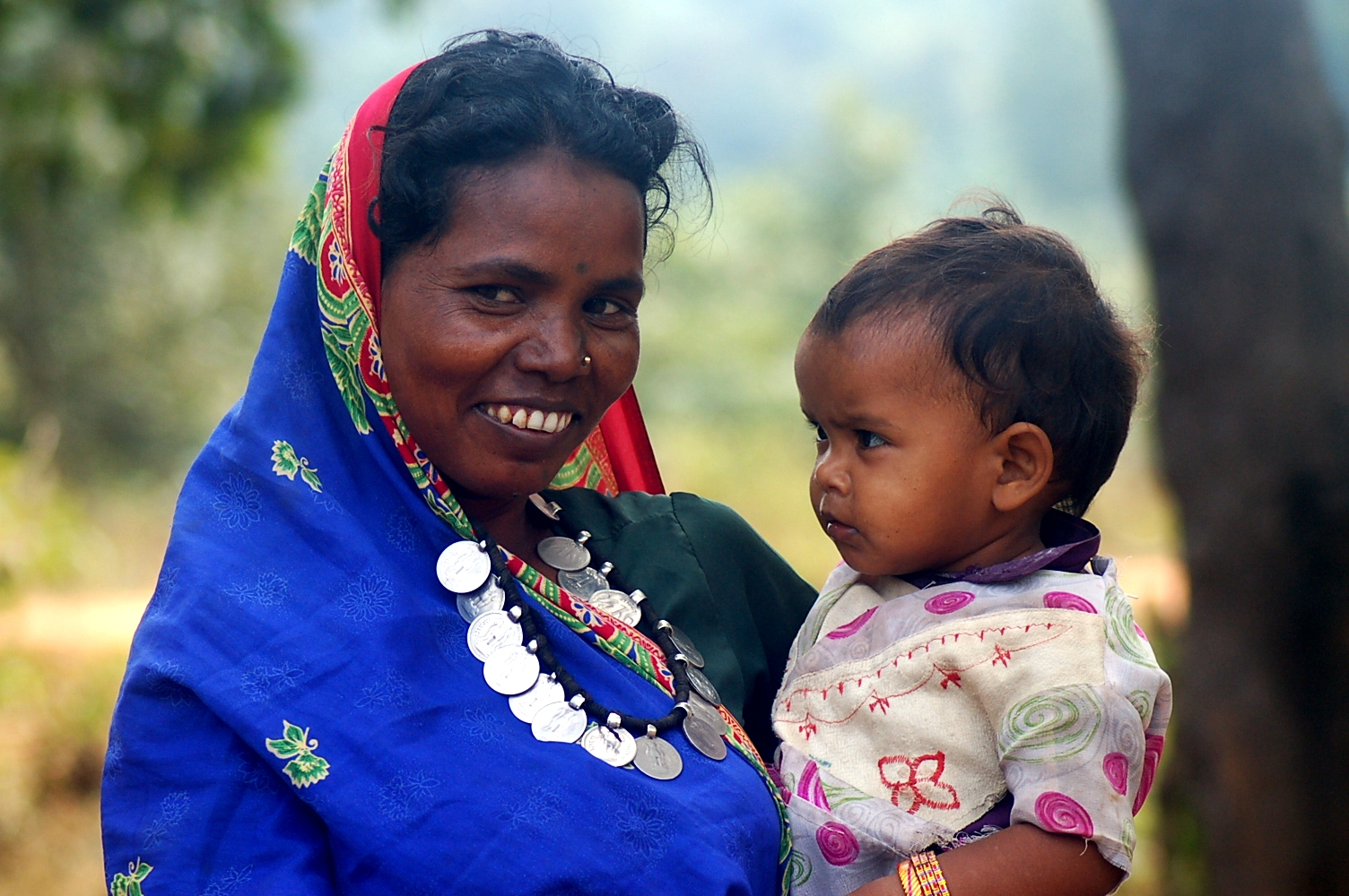 Chattisgarh woman with child. Image source: Wikimedia Commons