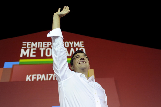 Former Greek prime minister and leader of leftist Syriza party Alexis Tsipras waves to supporters after winning the general election in Athens, Greece, September 20, 2015. Greek voters returned Tsipras to power with a strong election victory on Sunday, ensuring the charismatic leftist remains Greece's dominant political figure despite caving in to European demands for a bailout he once opposed. REUTERS/Michalis Karagiannis - RTS21SE