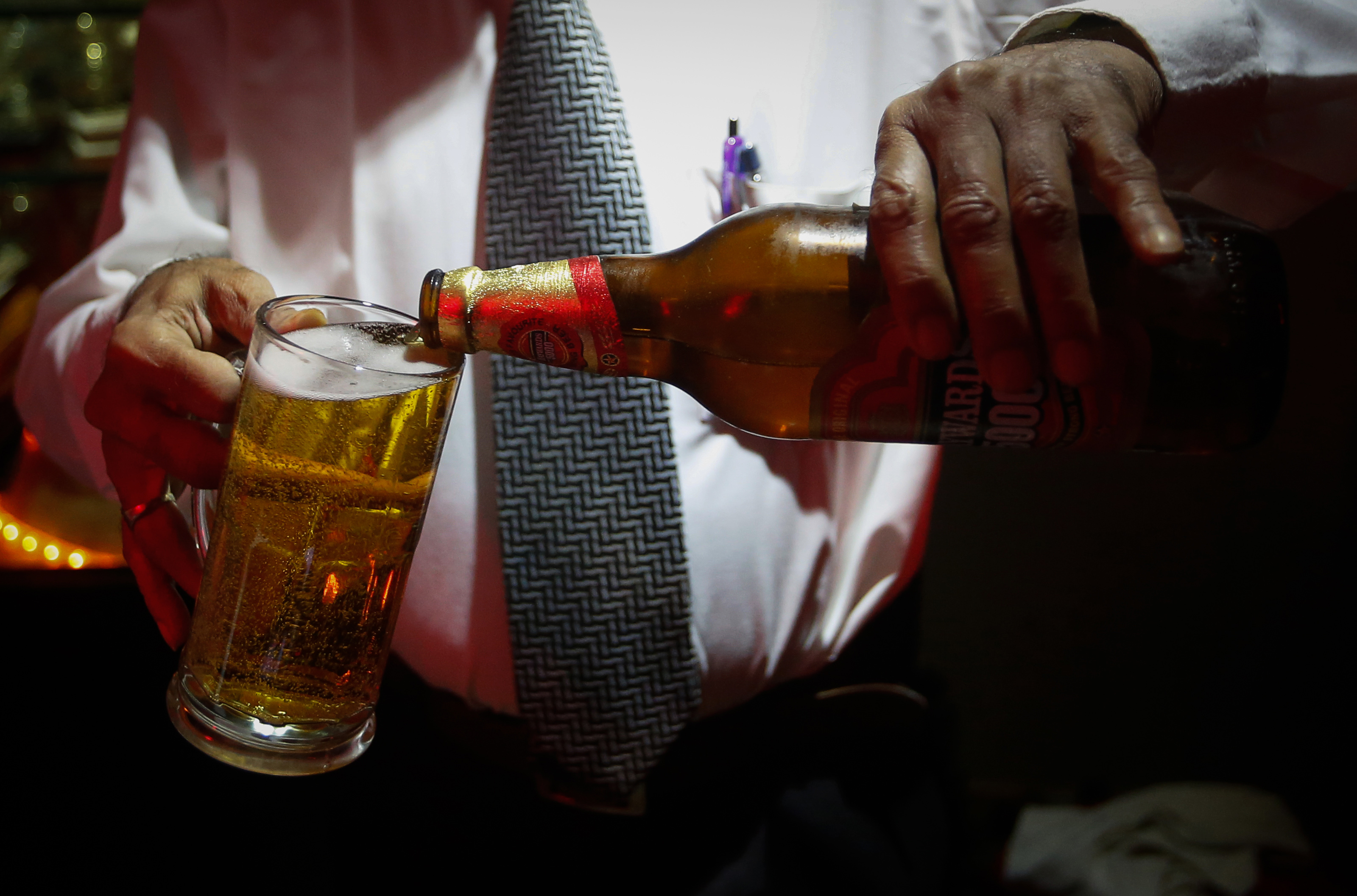 A bartender pours Haywards 5000 strong beer, a product of SABMiller, into a glass at a restaurant in Mumbai August 28, 2013. Strong beer, with alcohol content of 5-8 percent, accounted for 83 percent of all beer sold in India last year, according to research firm Mintel, a figure industry players say is the biggest strong beer share of any major market. Brewers expect that to grow to 90 percent over the next three to five years. Picture taken August 28, 2013. To match INDIA-BEER/ REUTERS/Danish Siddiqui (INDIA - Tags: SOCIETY FOOD) - RTX13XH6