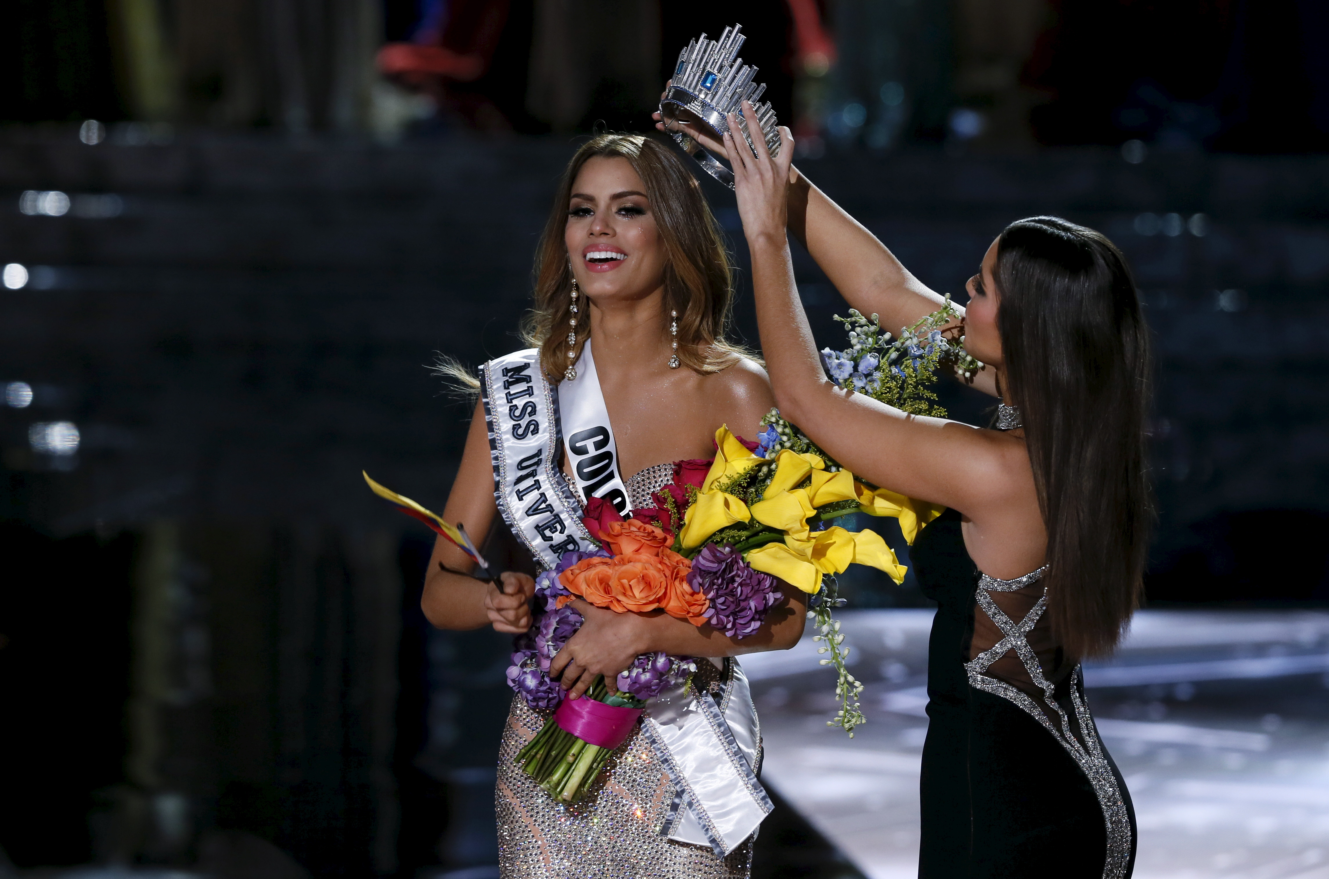 Miss Colombia Ariadna Gutierrez (L) is crowned by Miss Universe 2014 Paulina Vega, also of Colombia, after Gutierrez was initially announced as the winner during the 2015 Miss Universe Pageant in Las Vegas, Nevada, December 20, 2015. Host Steve Harvey said he made a mistake when reading the card and and Miss Philippines Pia Alonzo Wurtzbach is the actual winner. REUTERS/Steve Marcus ATTENTION EDITORS - FOR EDITORIAL USE ONLY. NOT FOR SALE FOR MARKETING OR ADVERTISING CAMPAIGNS - RTX1ZJNO