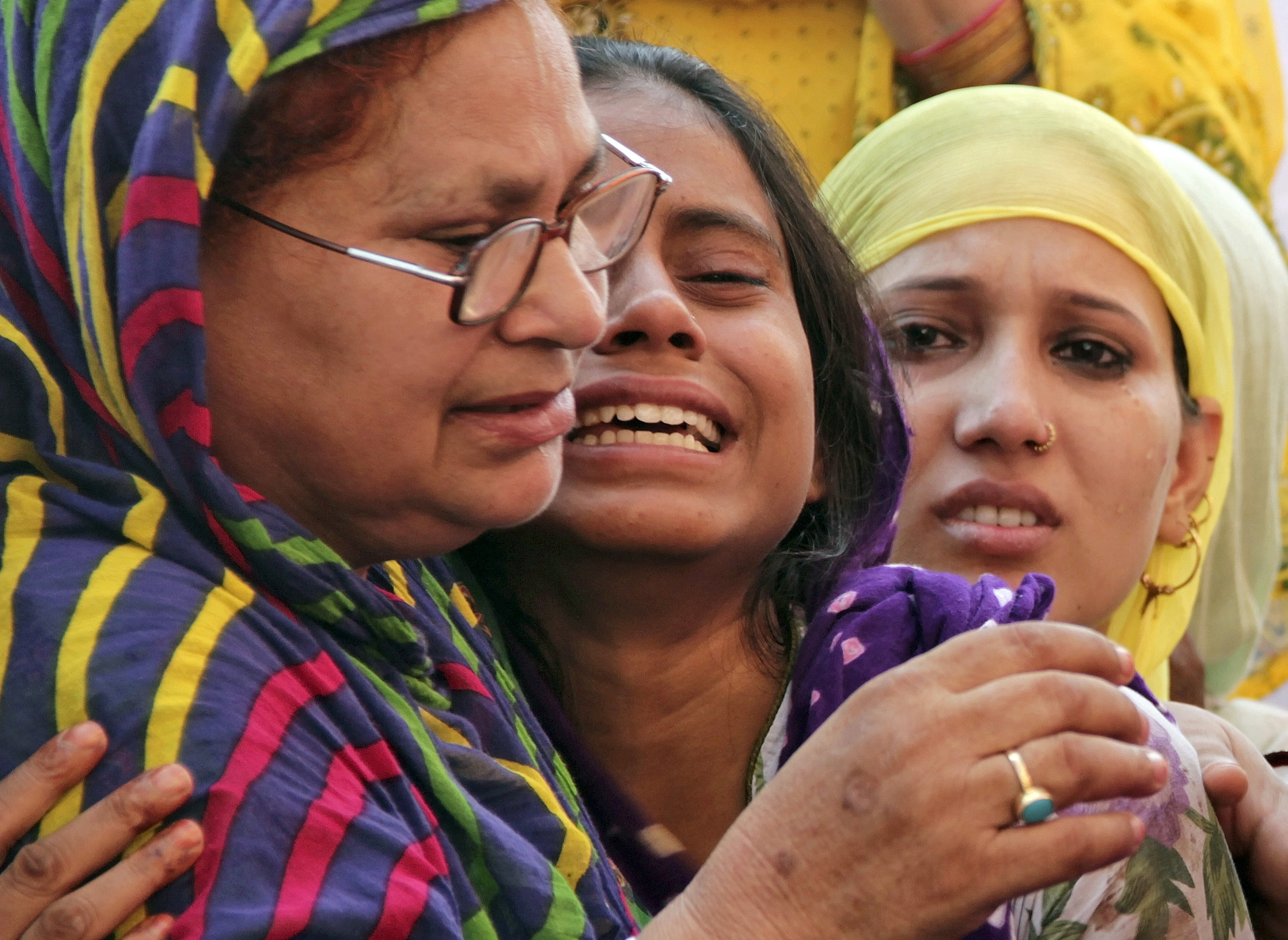 Relatives of Mohammad Akhlaq mourn after he was killed by a mob on Monday night, at his residence in Dadri town, in the northern state of Uttar Pradesh, India, September 29, 2015. A Hindu mob killed a Muslim man in India over rumours that he butchered a cow, unleashing violence that police on Wednesday blamed on tension fuelled by politicians who seek strict protection of an animal many Hindus consider sacred. Akhlaq, a blacksmith, died after being kicked and beaten with stones by at least 10 men in the town of Dadri, 50 km from the capital, New Delhi, on Monday night. Picture taken September 29, 2015. REUTERS/Stringer       TPX IMAGES OF THE DAY      - RTS2FRB