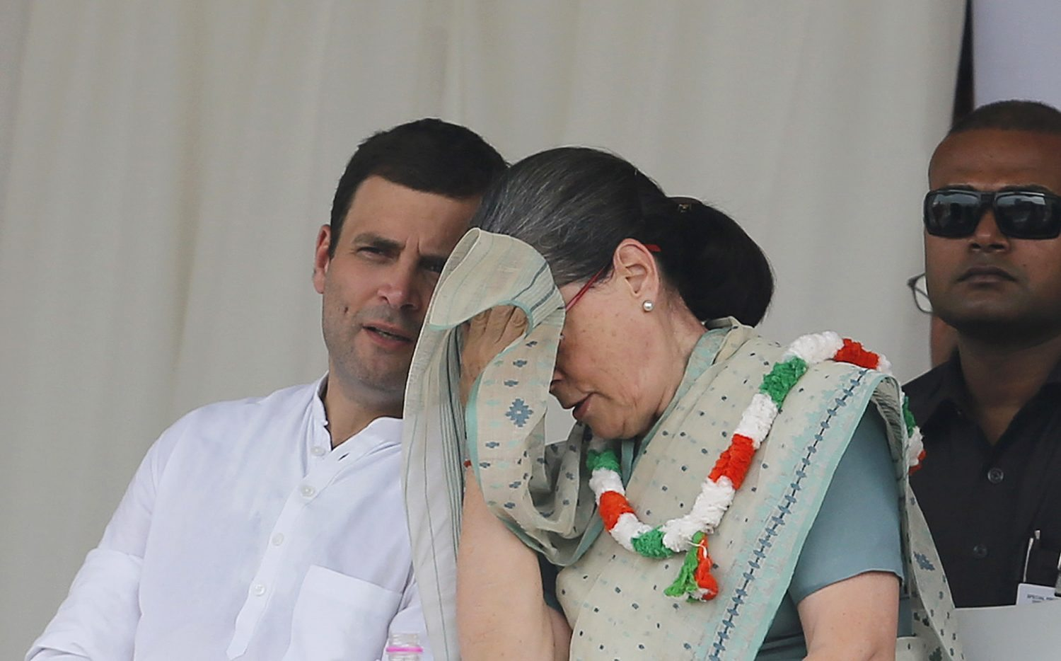India's Congress party president Sonia Gandhi wipes her sweat as party's vice-president Rahul Gandhi (L) watches during a farmers rally at Ramlila ground in New Delhi, India, September 20, 2015. REUTERS/Adnan Abidi - RTS1Z5K