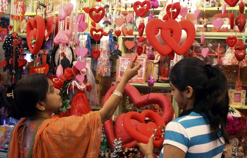 Customers look for gifts ahead of Valentine's Day celebrations in a shop in the western Indian city of Ahmedabad February 12, 2009. Valentine's Day is celebrated around the world on February 14. REUTERS/Amit Dave (INDIA) - RTXBJF4