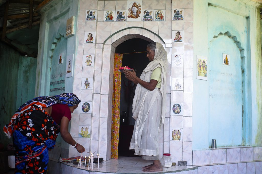 women_temple_praying