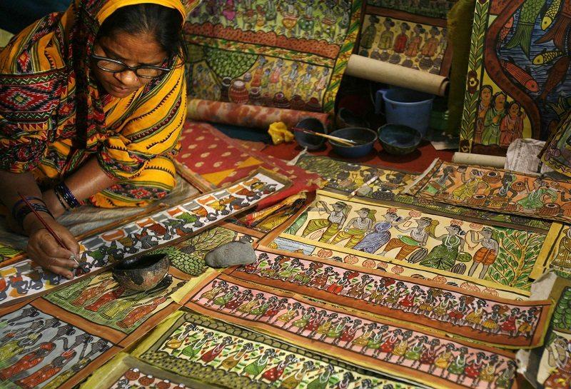 An artisan paints folk art at a handicraft fair in the eastern Indian city of Kolkata February 28, 2008. REUTERS/Parth Sanyal (INDIA) - RTR1XOX9