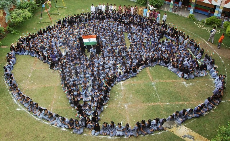 Muslim school girls form a shape of India as they pray for world peace during the holy month of Ramadan at Jodhpur in the western Indian state of Rajasthan August 9, 2012. REUTERS/Stringer (INDIA - Tags: RELIGION SOCIETY) - RTR36IL3