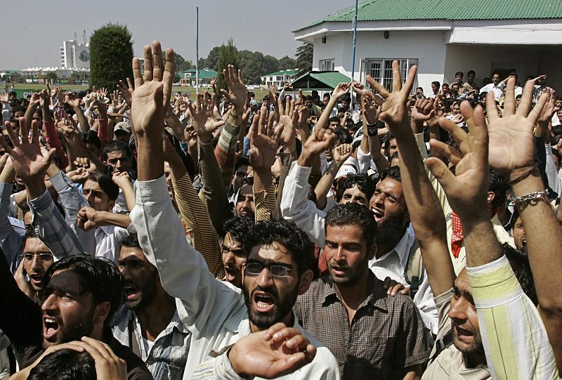 Students of Kashmir University raise their arms while shouting pro-freedom slogans during a protest in Srinagar September 15, 2008. At least 37 protesters have been killed by government forces since last month in the Muslim-majority Kashmir Valley, scene of some of the biggest pro-independence rallies since a revolt against New Delhi's rule began in 1989. REUTERS/Danish Ismail (INDIAN-ADMINISTERED KASHMIR) - RTR21WFB