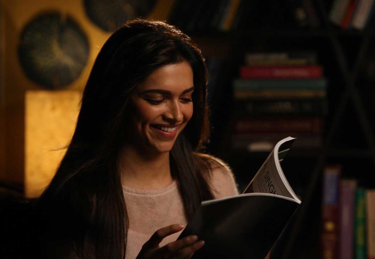 deepika-padukone-smile-naina-reading-book-yjhd