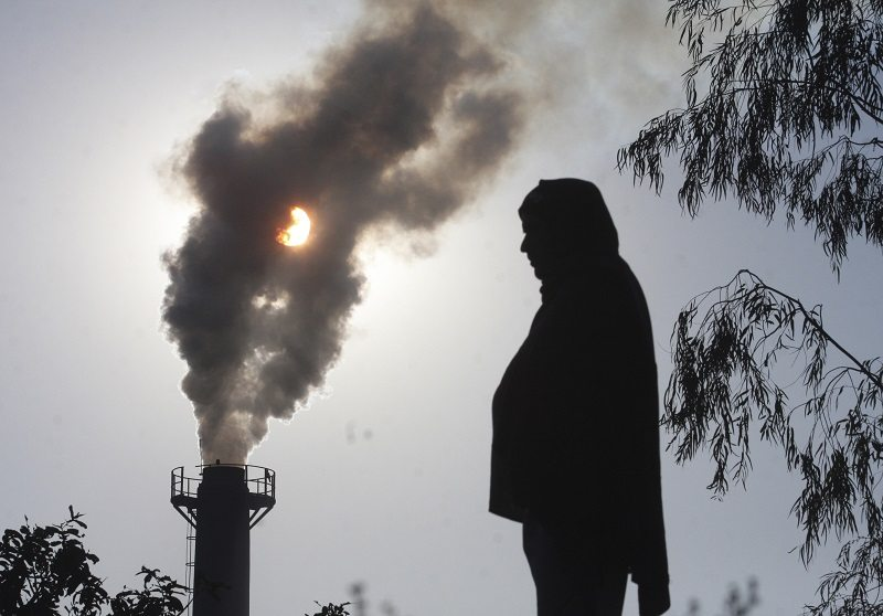 A smoke rises from a chimney of a garbage processing plant on the outskirts of the northern Indian city of Chandigarh December 8, 2010. Many rich countries, suffering weak growth and budget cuts, want emerging economies led by fast-growing China and India to do far more to reflect their growing power, including greater oversight of their curbs on greenhouse gas emissions. REUTERS/Ajay Verma (INDIA - Tags: ENVIRONMENT IMAGES OF THE DAY) - RTXVIS3