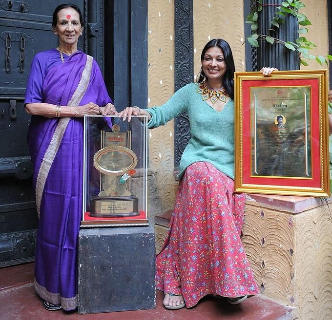 """Mrinalini Sarabhai (L) and daughter Mallika Sarabhai R) pose with the """"Bharat Asmita Jana Shreshtha 2011"""". Source: Sam Panthaky/Getty"""