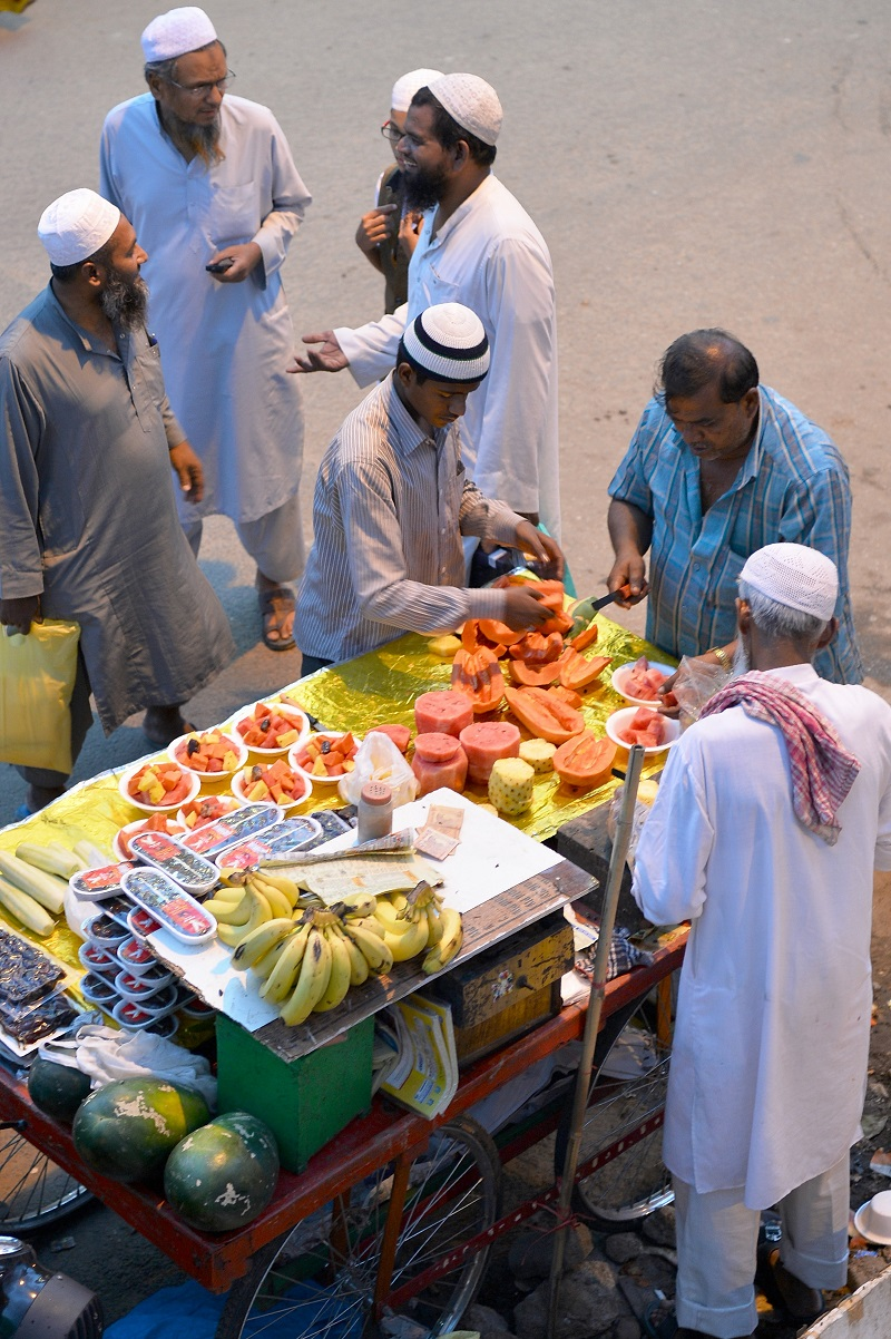 Indian Muslim devotees buy cut fruit during iftar near Jama Masijid as they break their Ramadan fast in Bangalore on June 9, 2016. Across the Muslim world, the faithful fast from dawn to dusk and abstain from eating, drinking, smoking and having sex during that time as they strive to be more pious and charitable. / AFP / Manjunath Kiran (Photo credit should read MANJUNATH KIRAN/AFP/Getty Images)