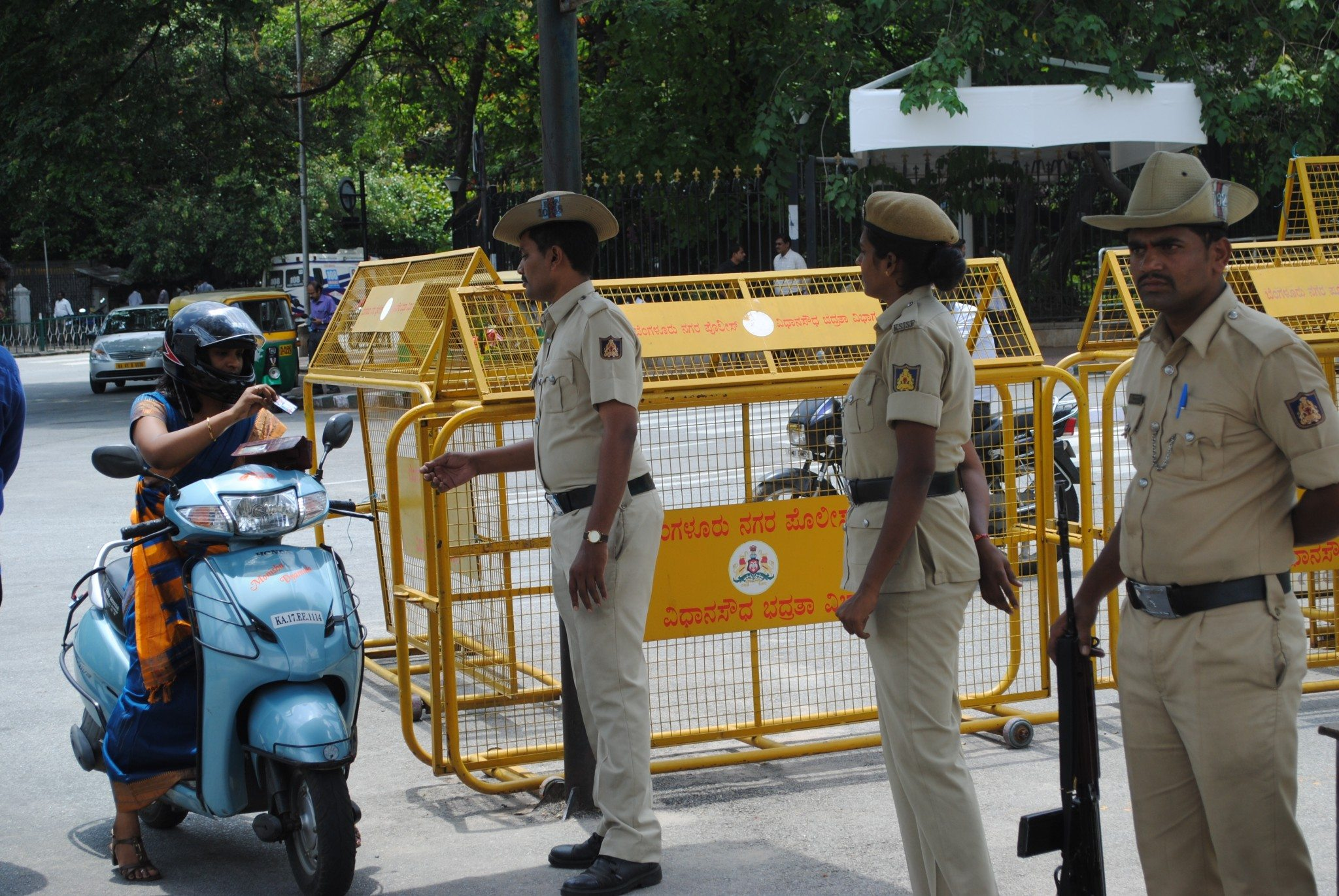 constable-with-karnataka-police-checking-visitors-at-vidhan-soudha-in-bangalore-courtesy-101reporters-com