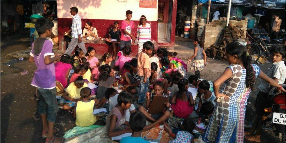 आर्ट मेला में भाग लेते बच्चे