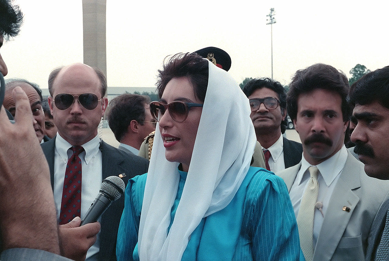 1280px-Benazir_bhutto_1988