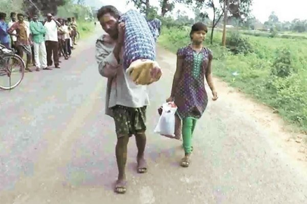 Dana Majhi carrying wife's dead body in Kalahandi, Odisha