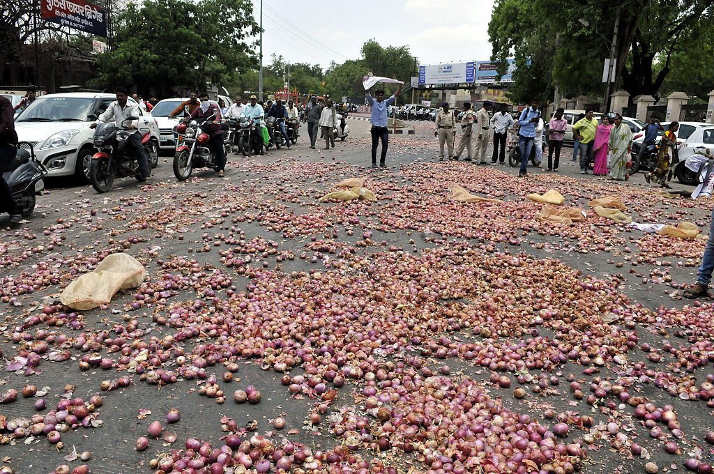Farmers throw onions in Indore