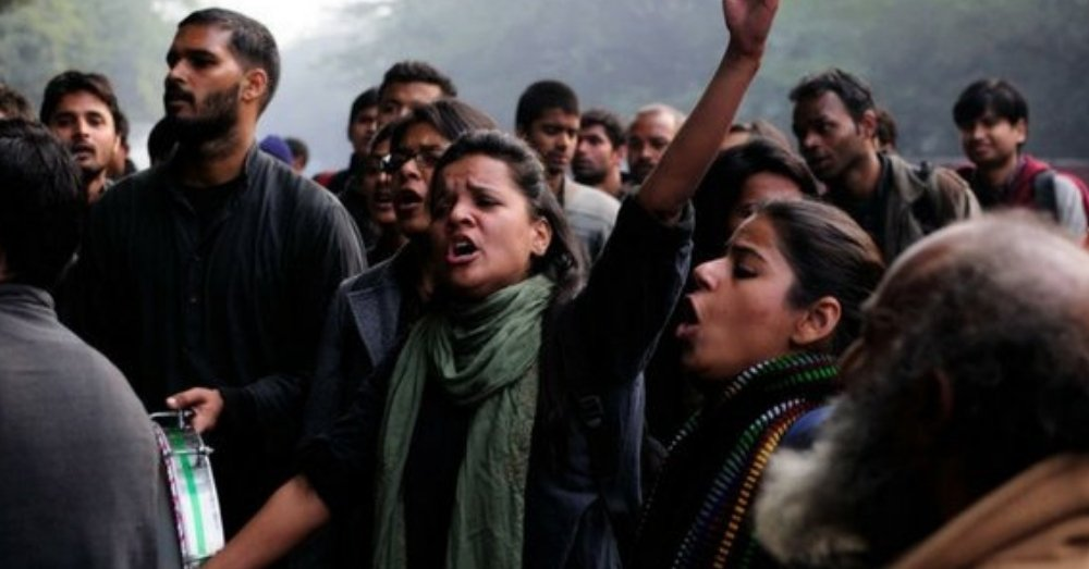 रैली कै दौरान युवा