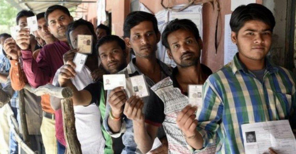 मतदान केन्द्र पर मौजूद वोटर्स