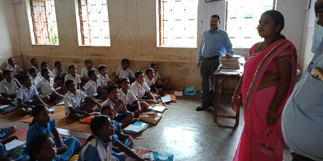 Ms Ranjita Suna, Sarpanch, Luhasinga Gram Panchayt monitors a school in her Panchayat |