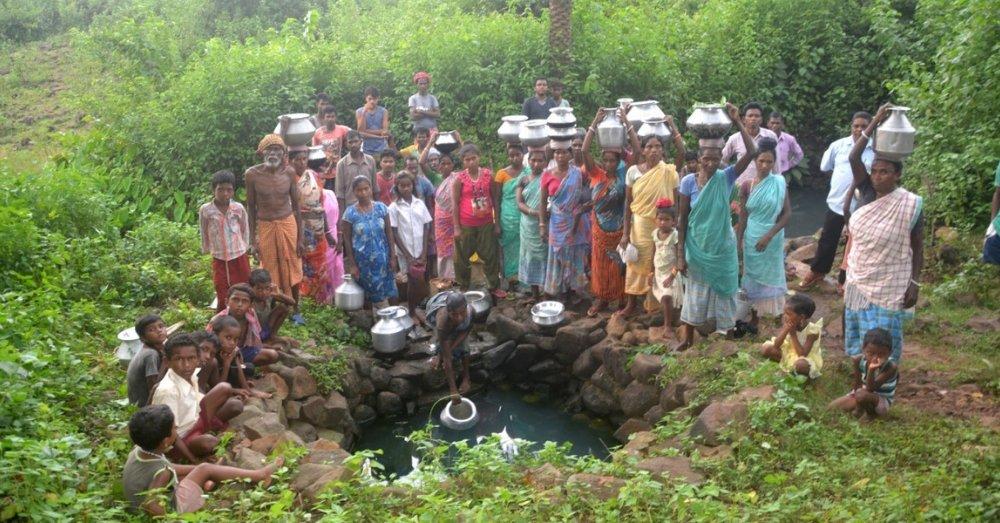 डोभे से पानी भरते ग्रामीण