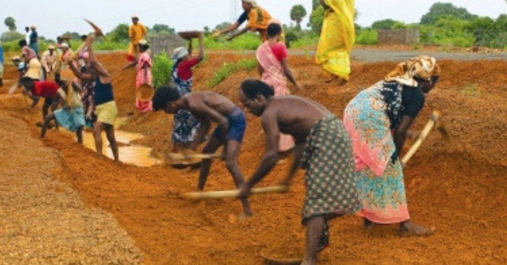 मनरेगा योजना के तहत मज़दूरी करते ग्रामीण