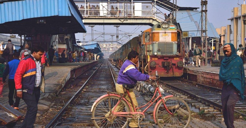 रेलवे लाईन पार करते लोग