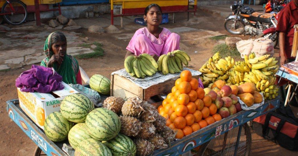 फल बेचती महिला