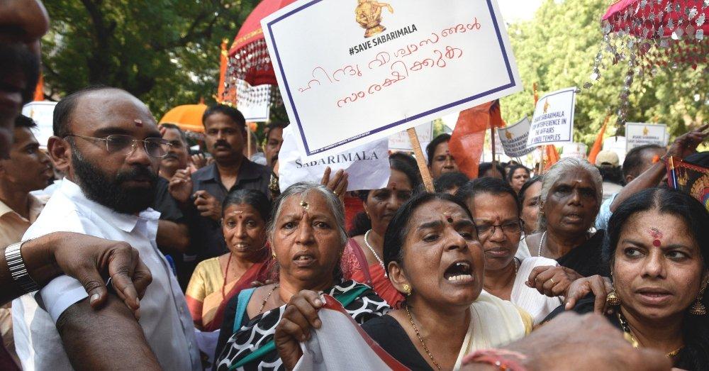 सबरीमाला फैसले का विरोध कर रहीं महिलाएं