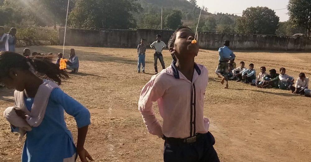 प्रतियोगिता में भाग लेते बच्चे