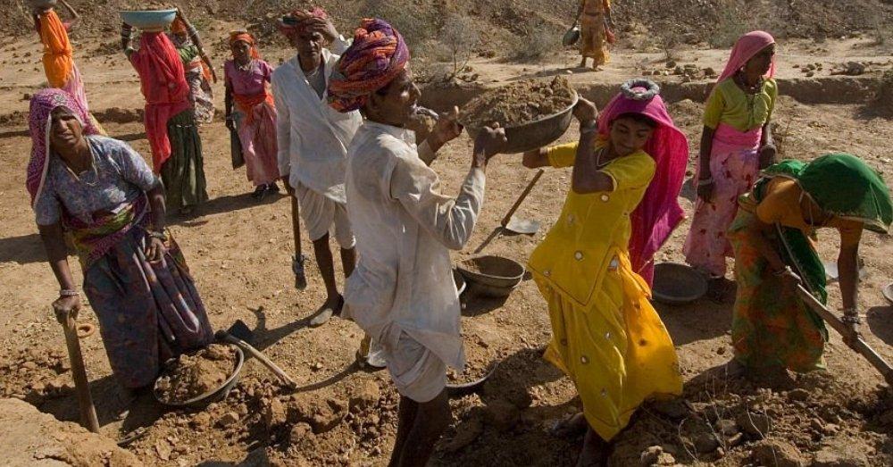 ठेके पर काम करती महिलाएं