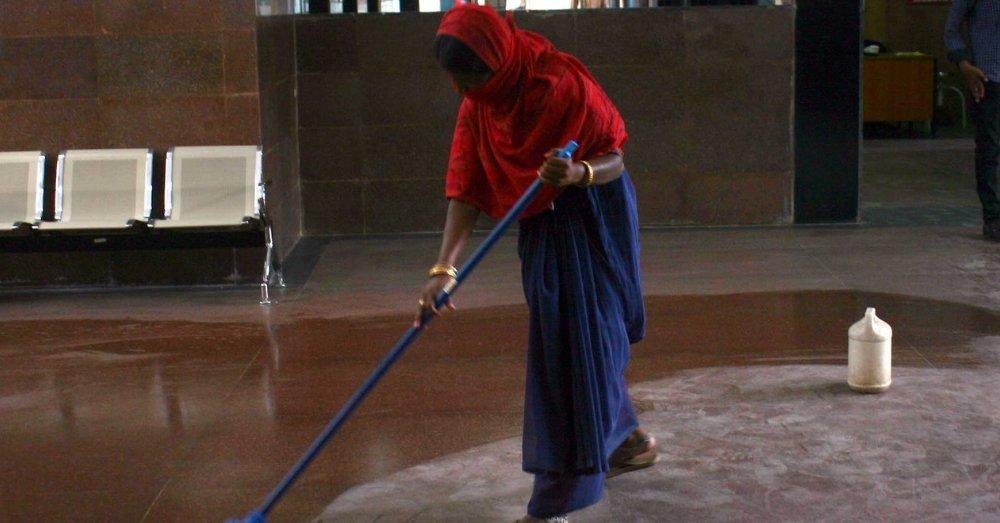 महिला सफाई कर्मचारी