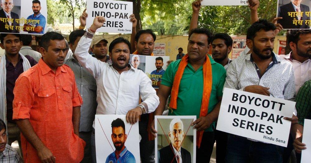 भारत बनाम पाकिस्तान मैच के खिलाफ प्रदर्शन करते लोग