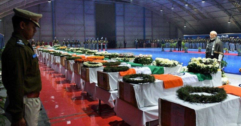 शहीदों को अंतिम सलामी देते प्रधानमंत्री मोदी
