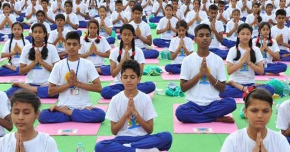 योगा करते छात्र