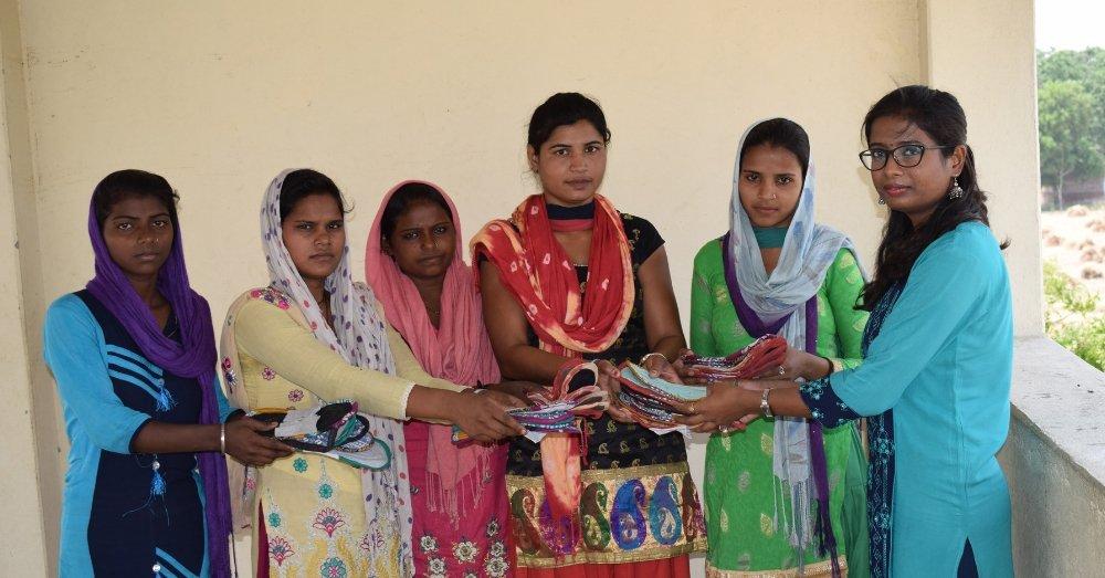 लड़कियों को सैनिटरी पैड्स बांटती स्वाति