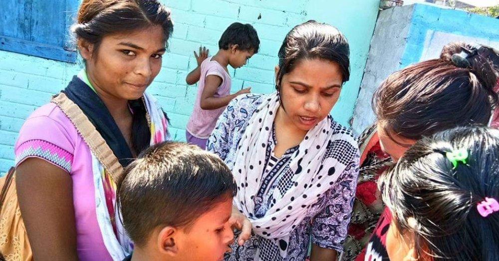 स्लम में बच्चों के साथ सरिता