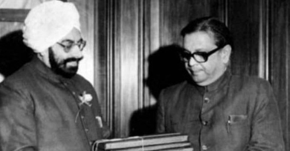 बीपी मंडल तत्कालीन राष्ट्रपति ज्ञानी जैल सिंह को रिपोर्ट सौंपते हुए।