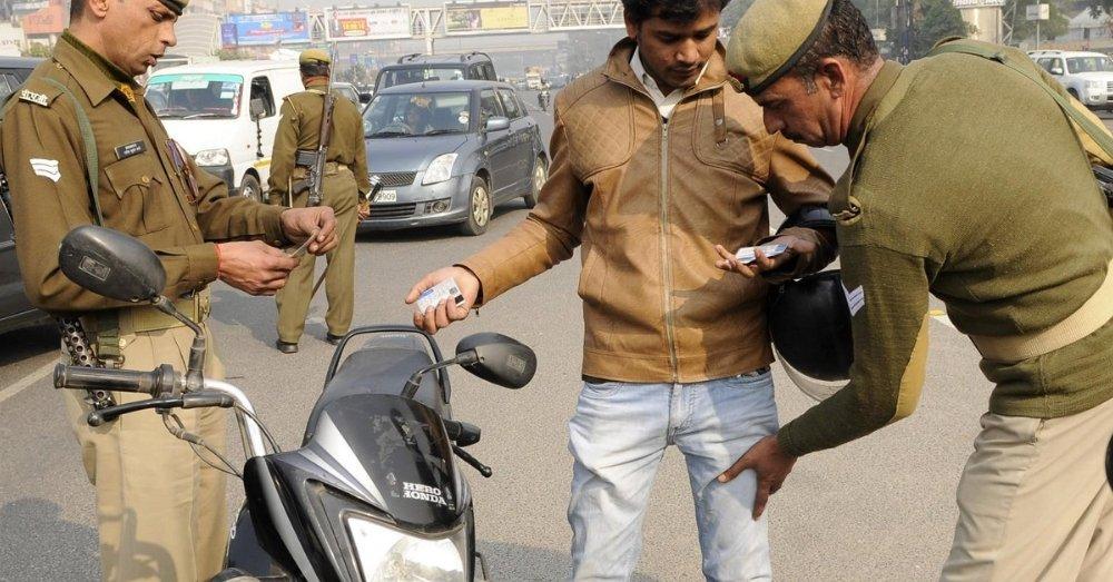 रिश्वत लेते पुलिस