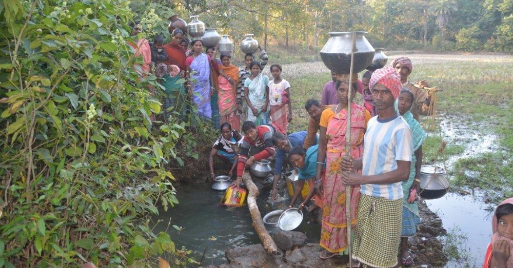 गंदे डोभे से पानी भरते ग्रामीण