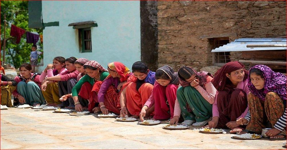 भोजन करती महिलाएं। फोटो साभार- Flickr