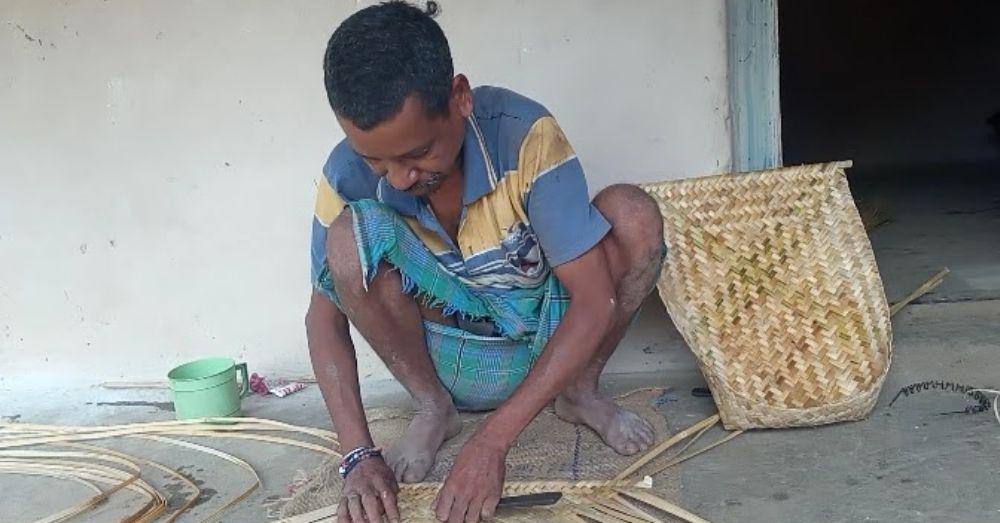 छत्तीसगढ़ के मकुनंद राम बांस का सुपा बनाते समय। फ़ोटो- वर्षा पुलस्त