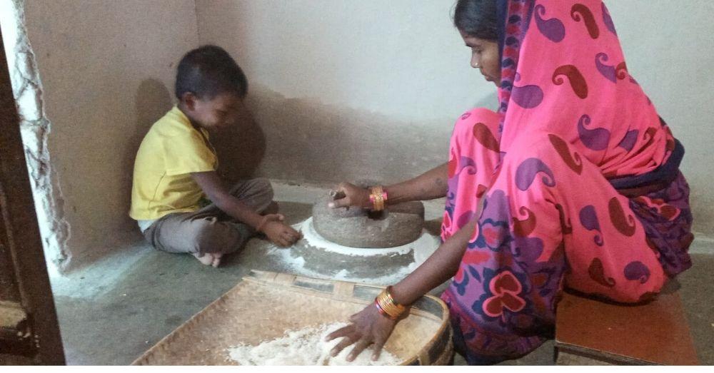 नए धान के चांवल को जांते से आंटा बनाया जा रहा है । फ़ोटो- राकेश नागदेव