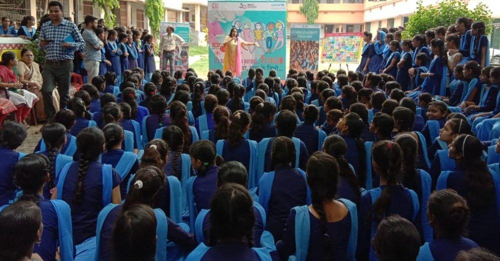 माहवारी जागरूकता कार्यक्रम के दौरान अनुपमा सिंह