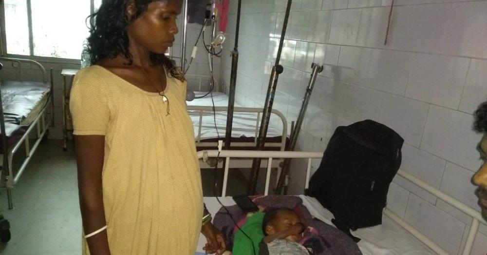 जमशेदपुर के अस्पताल में कुपोषित बच्चों के साथ परिजन