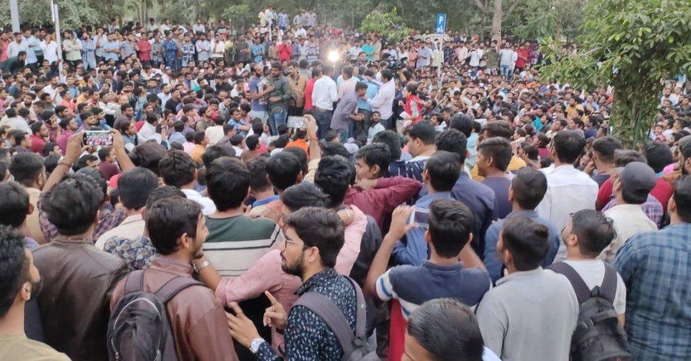 गुजरात में विरोध प्रदर्शन करते स्टूडेंट्स