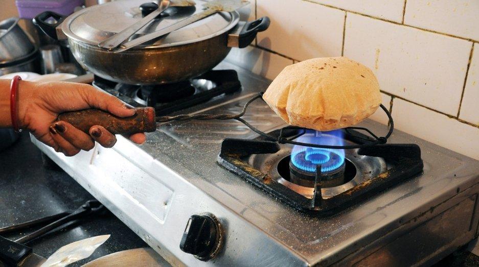 woman making rotis